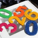 kolorowe cyfry magnetyczne z filcem