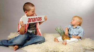 W naukę czytania można również zaangażować starsze rodzeństwo.