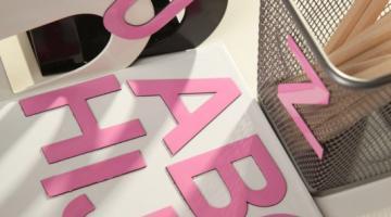 5 cm alfabet magnetyczny. Komplet 26 WIELKICH liter w kolorze różowym.