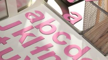 Różowy alfabet magnetyczny. Małe literki dla dzieci