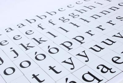 Komplet 76 literek magnetycznych w czcionce szeryfowej.