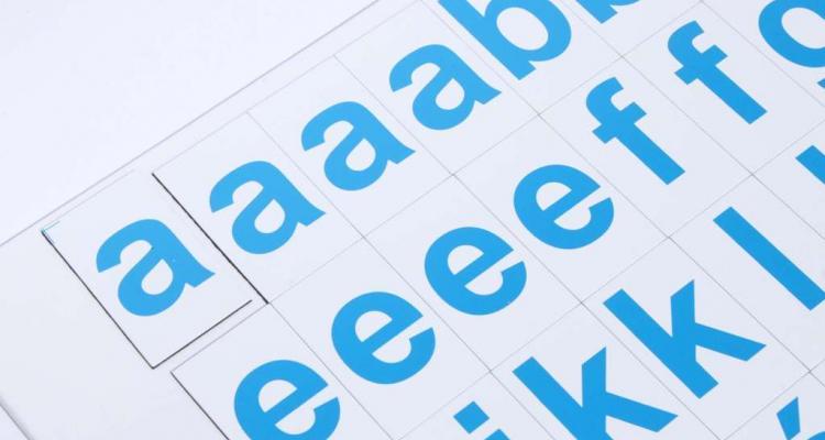 Mały alfabet magnetyczny. 3,5 cm kafelki magnetyczne, nadrukowane litery mają 2,5 cm wysokości.