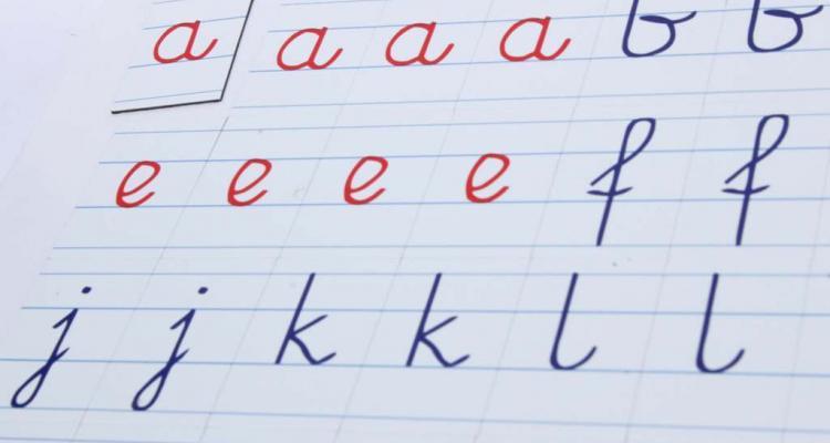 Małe litery magnetyczne pisane z liniaturą.