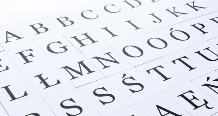 Czarny alfabet w czcionce szeryfowej.