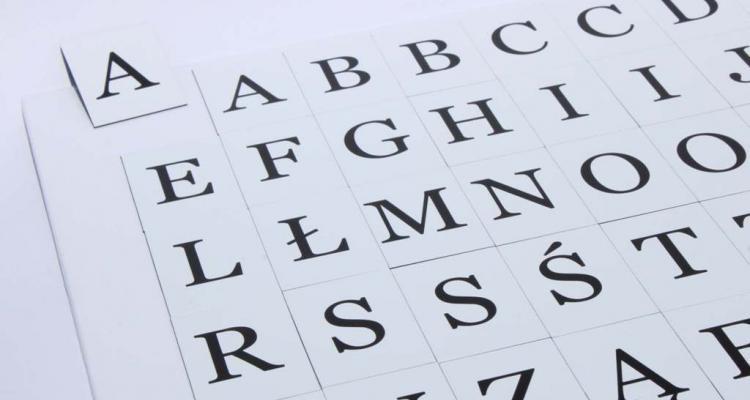 Widok na literki magnetczne. Alfabet znakomicie przyczepia się do metalowych elementów.