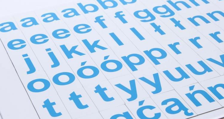 Widok na komplet  literek magnetycznych. Alfabet znakomicie nadaje się jako magnesy na lodówkę.