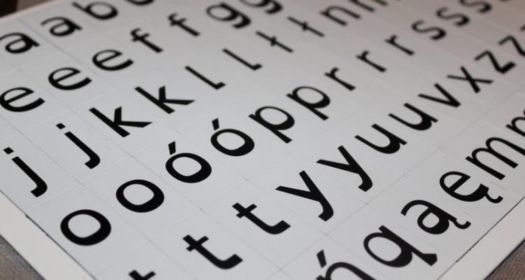 Komplet 76 czarnych literek magnetycznych dla dyslektyków.
