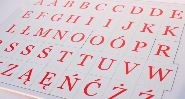 Komplet 45 literek magnetycznych w czerwonej czcionce szeryfowej.