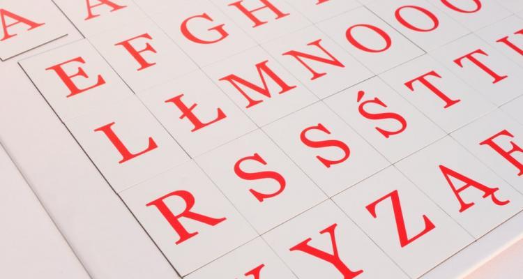 Widok na komplet magnetycznych literek dla dzieci.