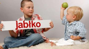 Małe dziecko bardzo szybko zrozumie co znaczą pokazywane wyrazy.