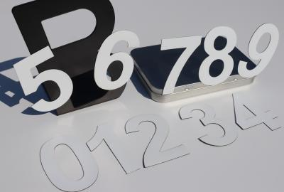 Białe cyfry magnetyczne 8 cm