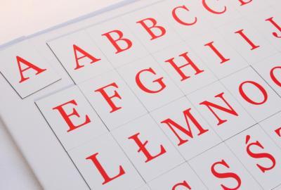 Alfabet magnetyczny w czcionce szeryfowej.