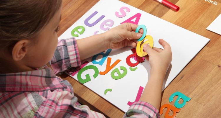 Kolorowe magnetyczne literki MagWords naprawdę przyciągają dzieci do zabay i nauki.