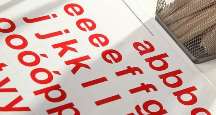 Widok na komplet alfabetu magnetycznego.