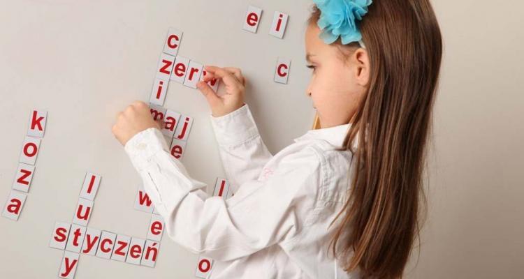 Przykład zabawy z literkami magnetycznymi.