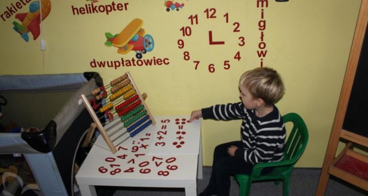 Przykłąd zabawy w naukę liczenia z magnetycznymi cyframi i liczmanami.